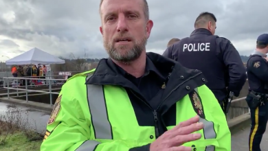 Photo of WATCH: Police officer threatens to arrest journalist covering anti-pipeline blockade