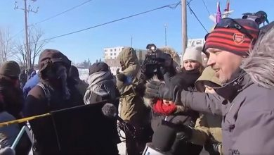 Photo of WATCH: Quebec man confronts anti-pipeline blockaders